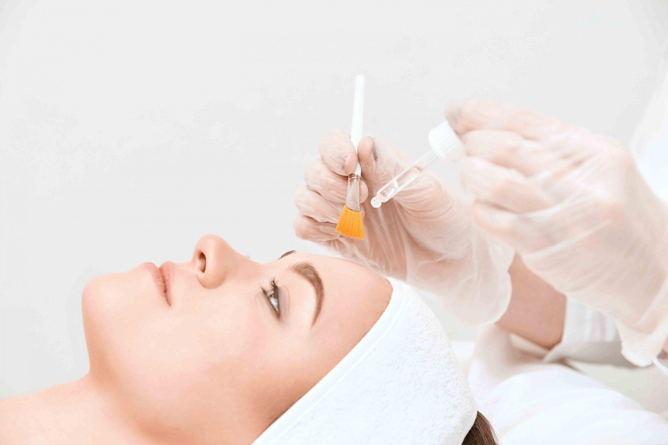 Frau wird mit einem Peeling behandelt / Hautverjüngung / Dr. Zierhofer-Tonar, Wien