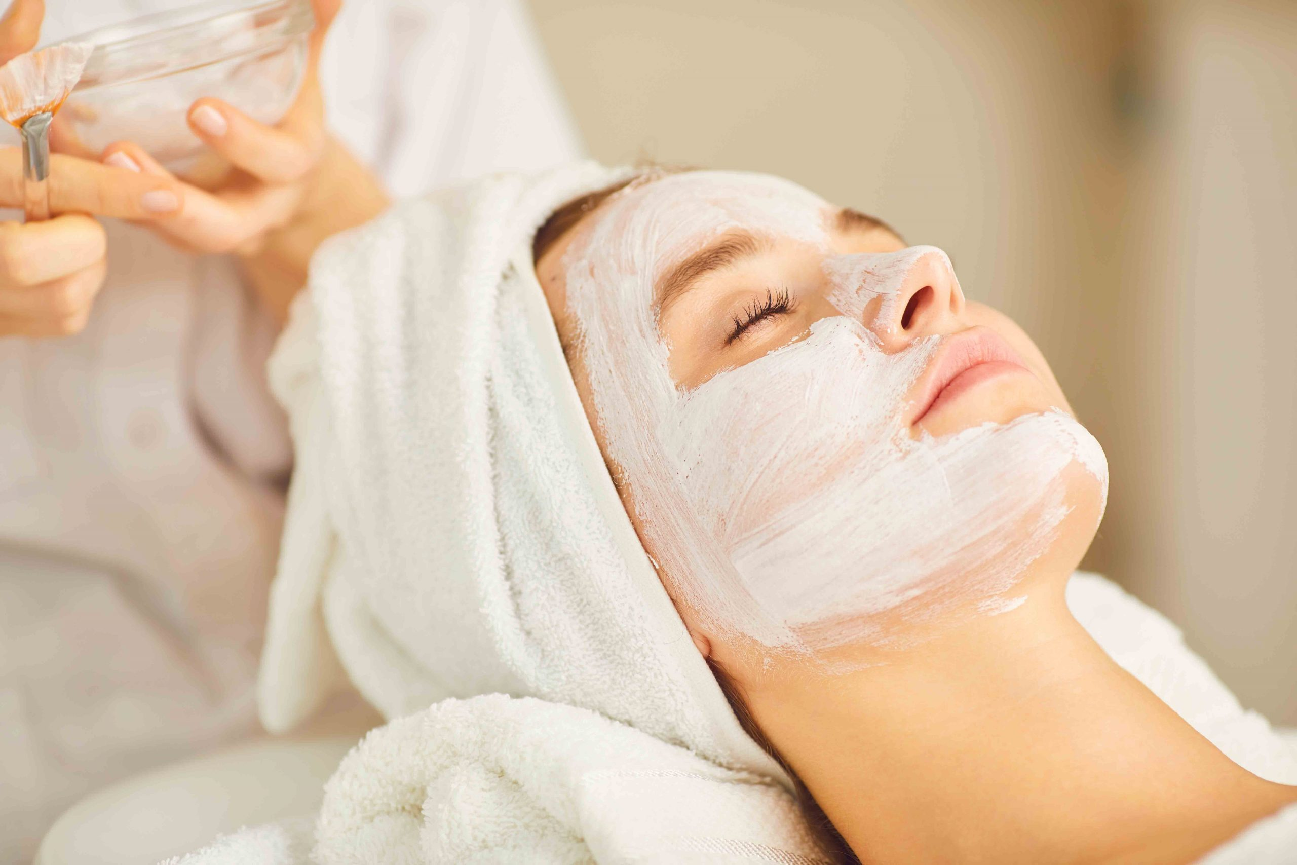 Frau erhält ein Gesichts-Peeling / Peeling / Dr. Zierhofer-Tonar, 1010 Wien
