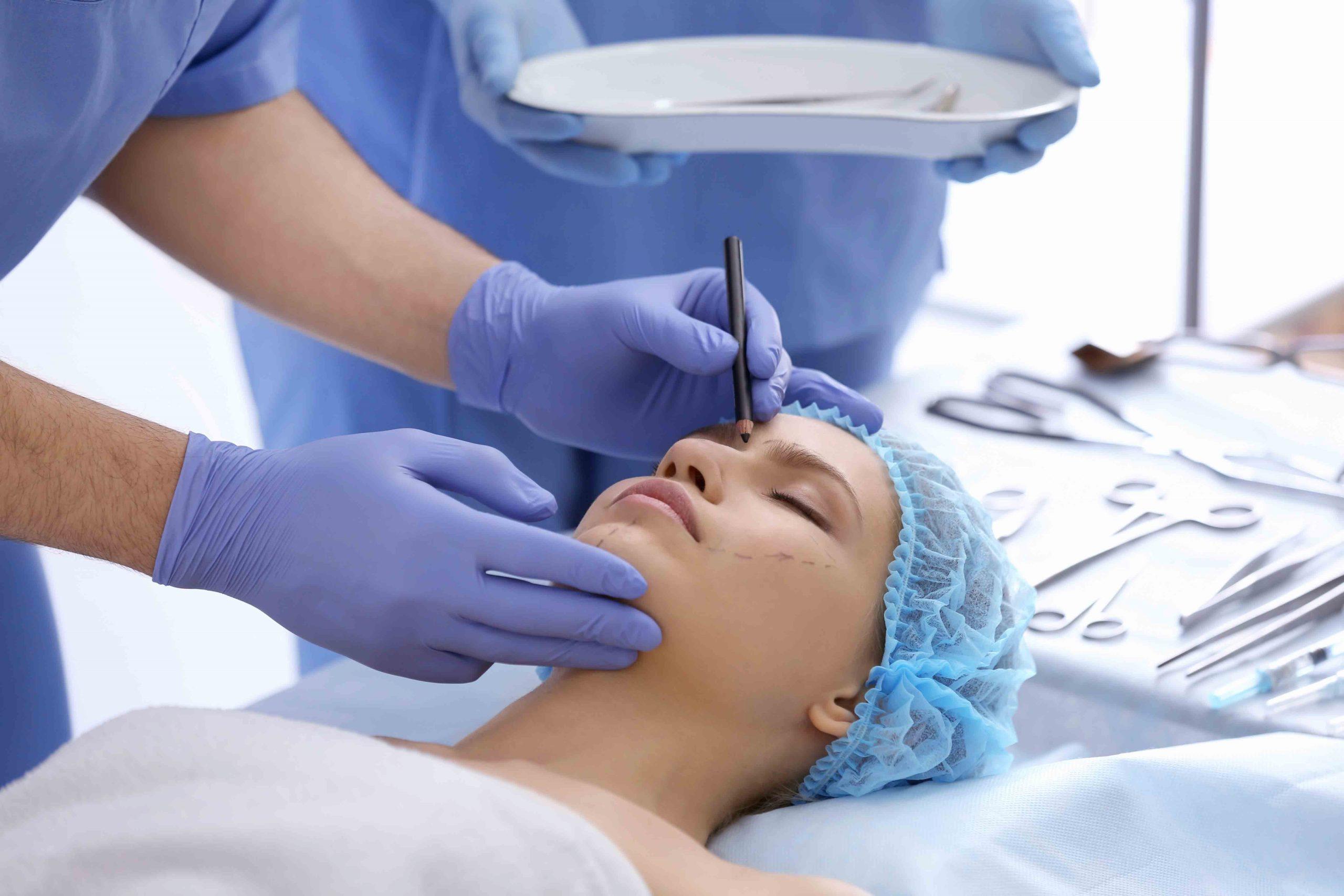 Frau wird im Gesicht operiert / Rekonstruktive Gesichtschirurgie / Dr. Zierhofer-Tonar, 1010 Wien